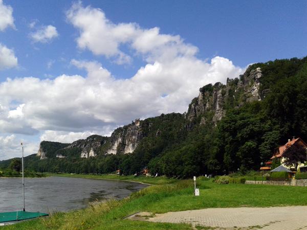 Blick auf eine Felsformation an der Elbe zwischen Rathen und Wehlen