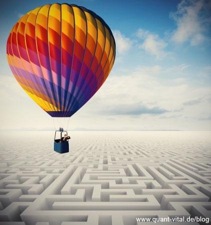 Ballon fliegt über Labyrinth